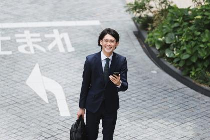俯瞰・通勤(出社)する若いビジネスマン・ビジネスイメージ