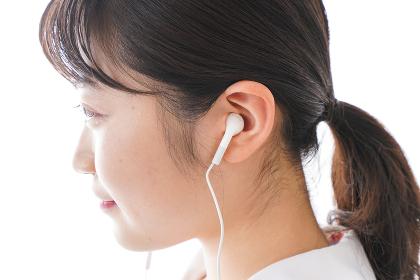 リスニング・音楽を聞く学生