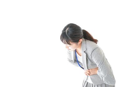 腹痛で苦しむ若いキャリアウーマン
