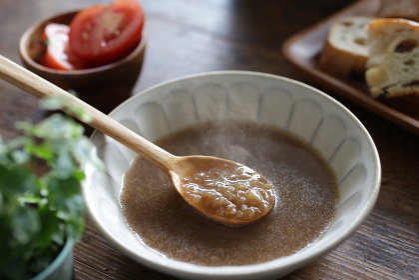 刻んだ玉ねぎの飴色スープ