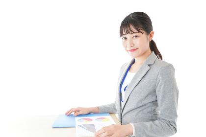 オフィスで働く若いビジネスウーマン