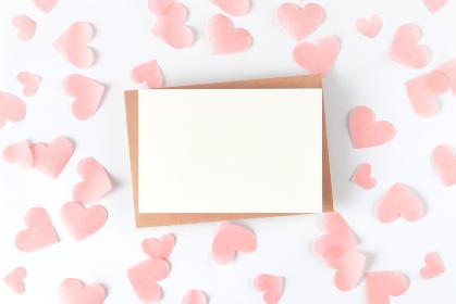 淡いピンクのハートに囲まれたカード 2
