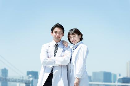 白衣の男女(医者と科学者のイメージ・カメラ目線)