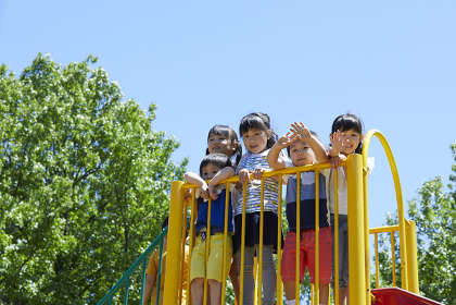 滑り台で遊ぶ日本人の子供達