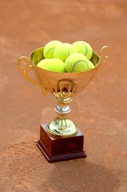 優勝カップとテニスボール