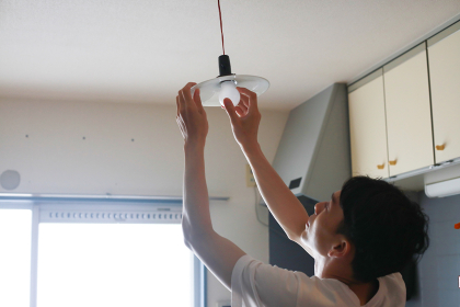 電球の交換をする男性