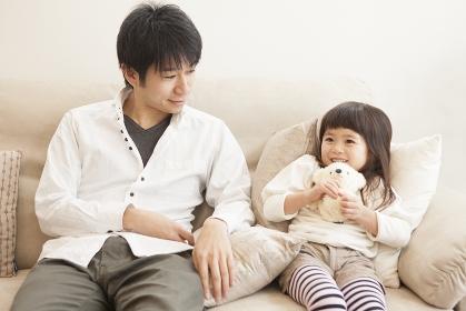 父親とぬいぐるみを抱く女の子
