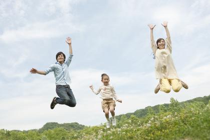 ジャンプする家族3人