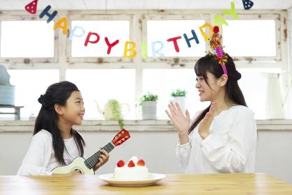 母の誕生日を祝う娘