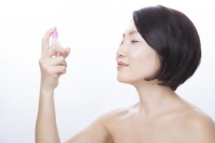 化粧水をかけるミドル女性