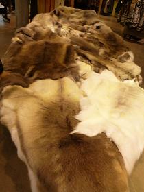インテリア用として敷くための動物の毛皮でできたラグマット