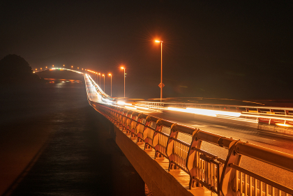 角島大橋を夜に走る車の光跡