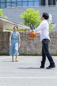 バスケをするカップル