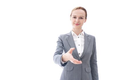握手をするスーツを着たビジネスウーマン