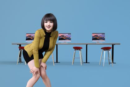 ブルーバックに3台のパソコンが並ぶ前に両膝に手をつくショートヘアの笑顔の女性社員