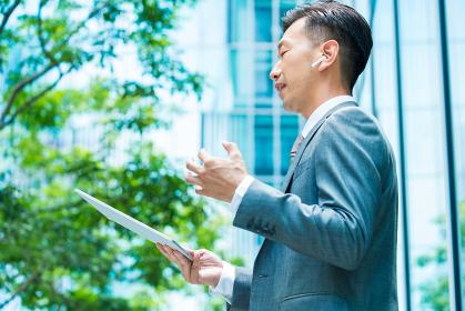 タブレットPCを使ってオンラインコミュニケーションをするビジネスマン