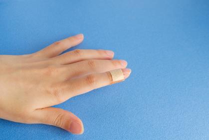 絆創膏を貼った手