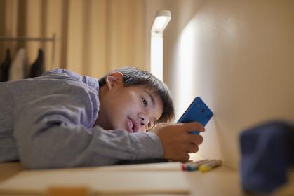 動画を見る男子中学生