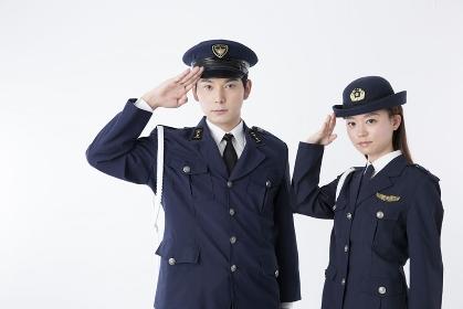 敬礼をする警察官