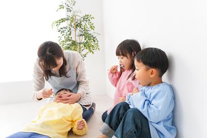 子どもたちに歯磨きの指導をする先生