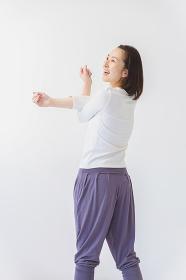 ストレッチをする40代女性