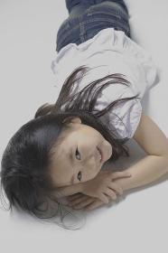縦に寝そべり微笑む6歳の女の子