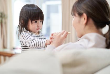 ママにおやつをあげるアジア人の子供