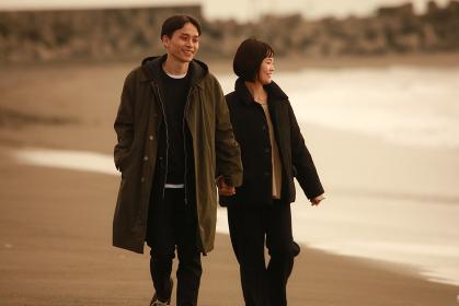 海岸を歩くカップル