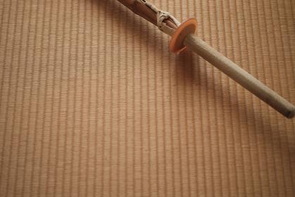 畳の上に置いた静かな竹刀