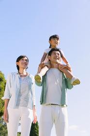空と肩車をする日本人家族