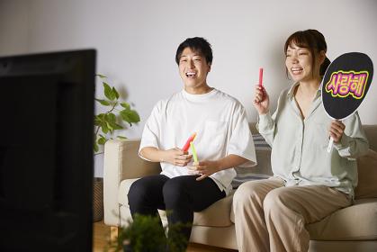 オンラインライブを楽しむ日本人カップル