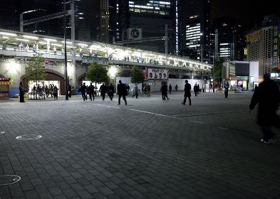 節電中の新橋駅前