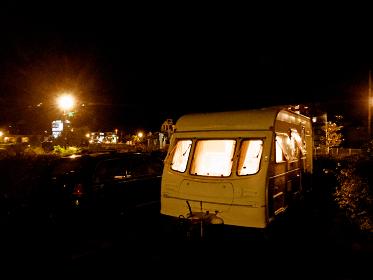 キャンピングカーでアウトドアキャンプを満喫する休暇
