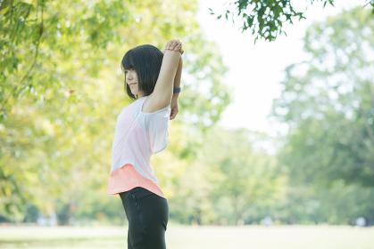 公園で運動をする女性