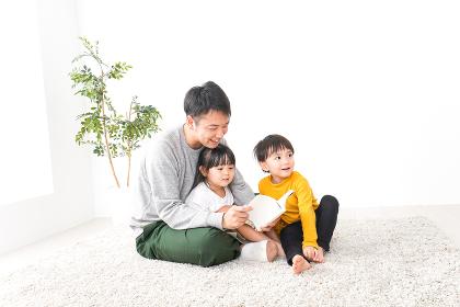 子どもたちと遊ぶパパ