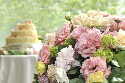 花とウェディングケーキ