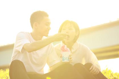 かき氷を食べるカップル