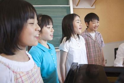 音楽室で合唱の練習をする小学生