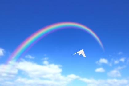 虹に向かって飛ぶ紙飛行機