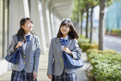 仲良く歩く女子中学生