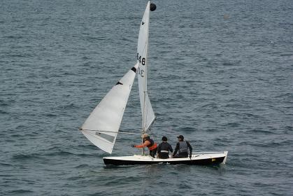 帆を操って進むヨット