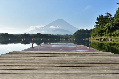 精進湖から見た夏の富士山