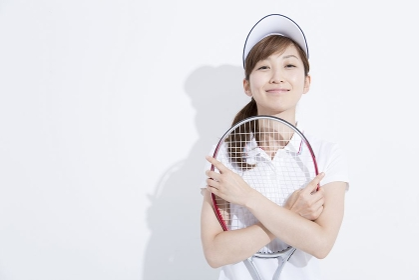 テニススタイルで微笑む女性