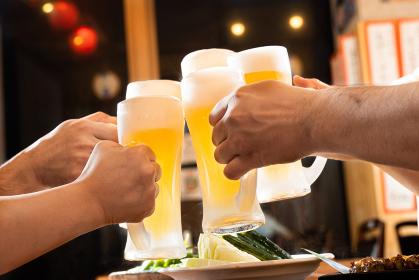 居酒屋でビールで乾杯をするイメージ(霜あり)