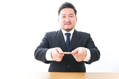 辞表を提出するビジネスマン
