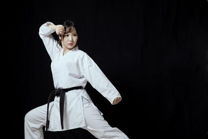 道着を着た若い日本人女性