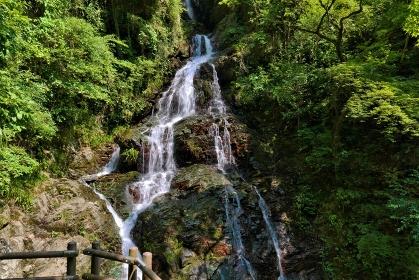 ごつごつした岩を流れる滝