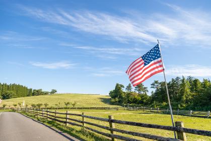牧場とアメリカの国旗