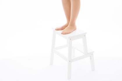 踏み台と女性の足