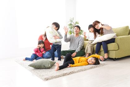 家に集まる子供とママ友・パパ友